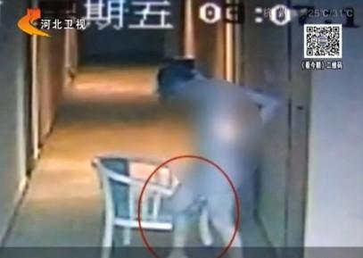 [视频]监拍陪睡女遭勒索绑架 一丝不挂逃跑报警