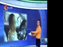 [视频]实拍小男孩熟练开挖掘机 女童惊险超车
