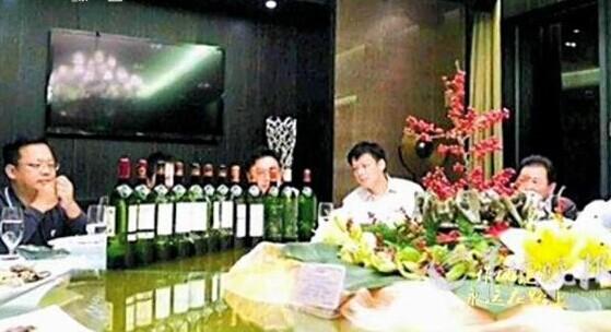 [视频]官员炫耀高档红酒照被处分 涉案者反思