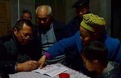 [视频]村民写联名信驱离艾滋男童 视其为炸弹