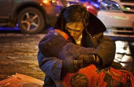 [视频]老伴寒夜街头猝死 丈夫席地抱亡妻两小时