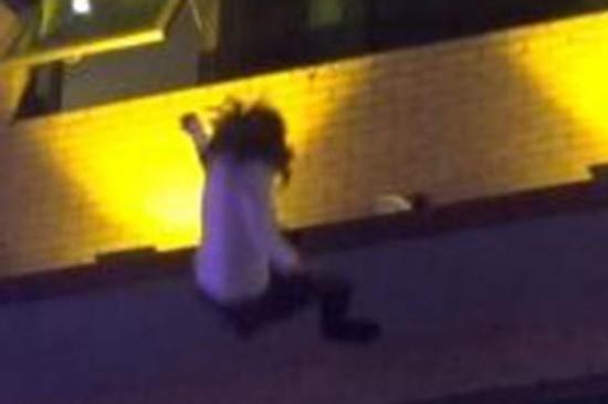 [视频]湖南岳阳:女子跳楼轻生 消防员徒手接住