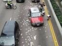[视频]香港:千万现金掉落 警方呼吁捡拾者上交