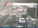 [视频]监拍暴脾气司机无视指挥 猛踩油门撞警察