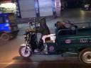 [视频]实拍男童载醉酒父亲回家 被车挡猛摁喇叭