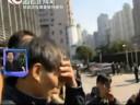 [视频]林森浩父亲遭媒体围堵 蹲地痛哭