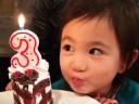[视频]萌神奥莉生日嘟嘴俏皮可爱 3岁已有小长腿