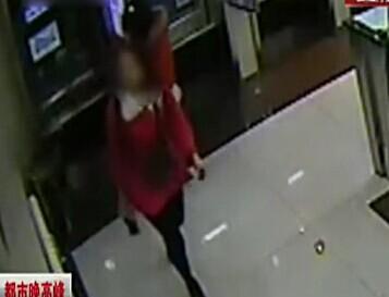 [视频]监拍长腿女子高抬腿 三连踹踢爆ATM机屏幕