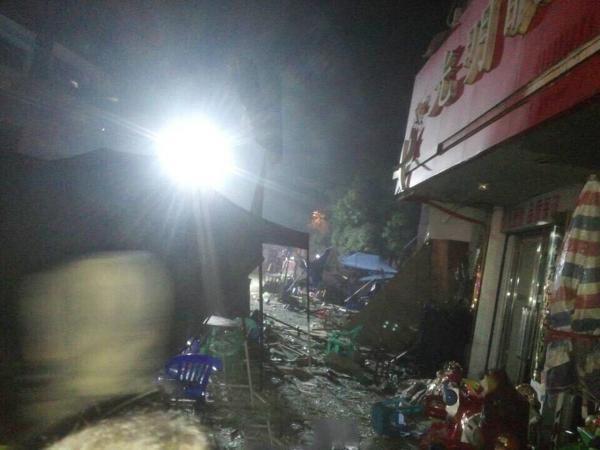 [视频]广西大排档爆炸现场 广告牌被烧成空架