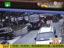 [视频]小贩躲城管碾死4岁儿子 崩溃扭打执法人员