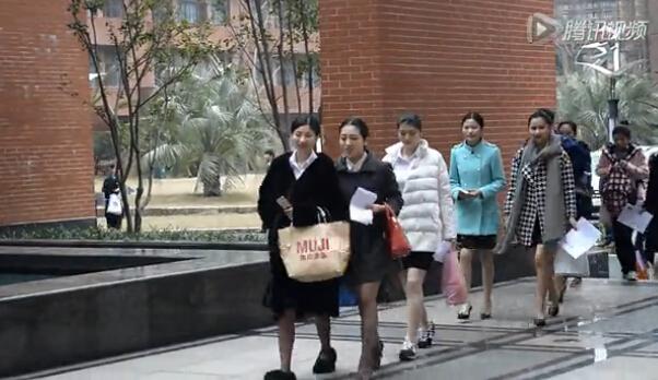 [视频]东航空姐招聘现场美女素颜上演美腿大战