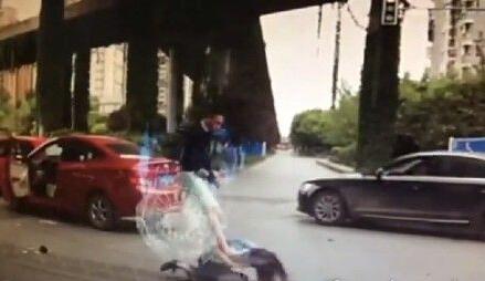 [视频]女司机变道惹怒男司机被拖下车打成脑震荡