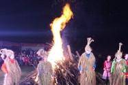 张家界24小时篝火晚会 熊熊火焰点亮山谷夜空