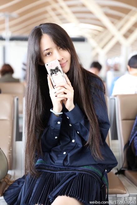 [视频]郭碧婷机场素颜甜笑