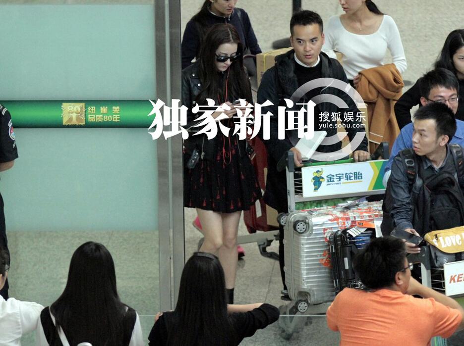 [视频]迪丽热巴短裙冻美腿 安排摄影师机场玩街拍