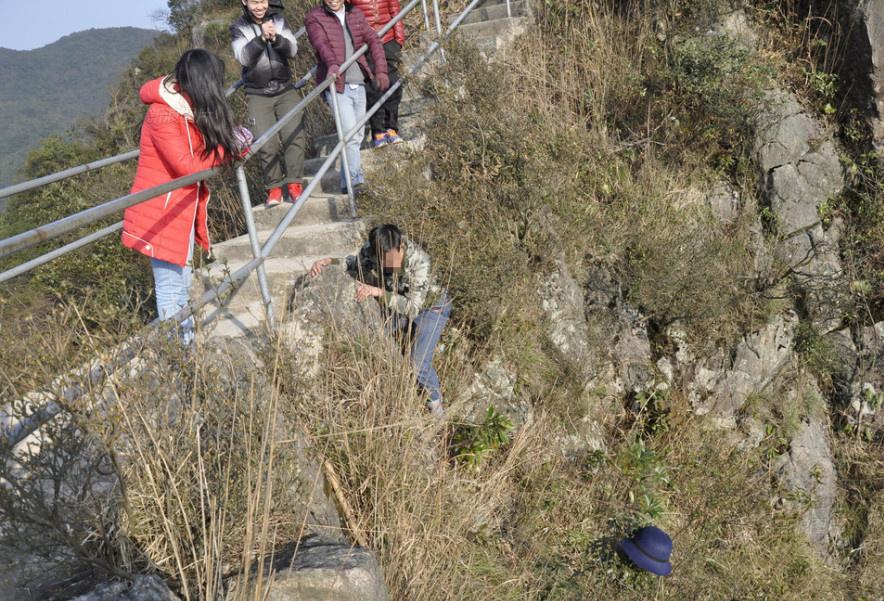 [视频]别人家的男友:女子帽子掉落悬崖男友冒险捡回