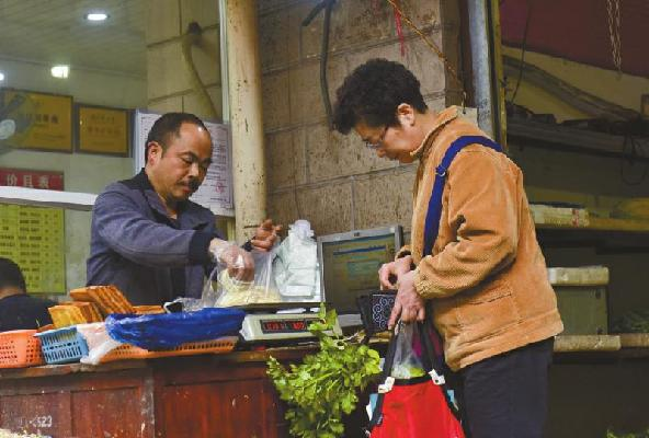 [视频]无人菜摊自助买菜 两年从未被偷菜