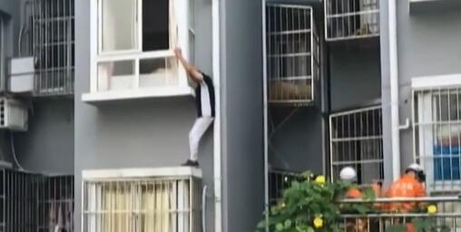 [视频]重庆:七旬老人忘带钥匙 欲翻窗被困空中