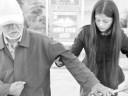 """[视频]女子扶摔倒老人被挖苦""""想成网红"""""""