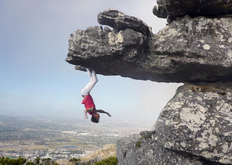 [视频]南非15岁小伙峭壁边缘倒挂 令人胆颤