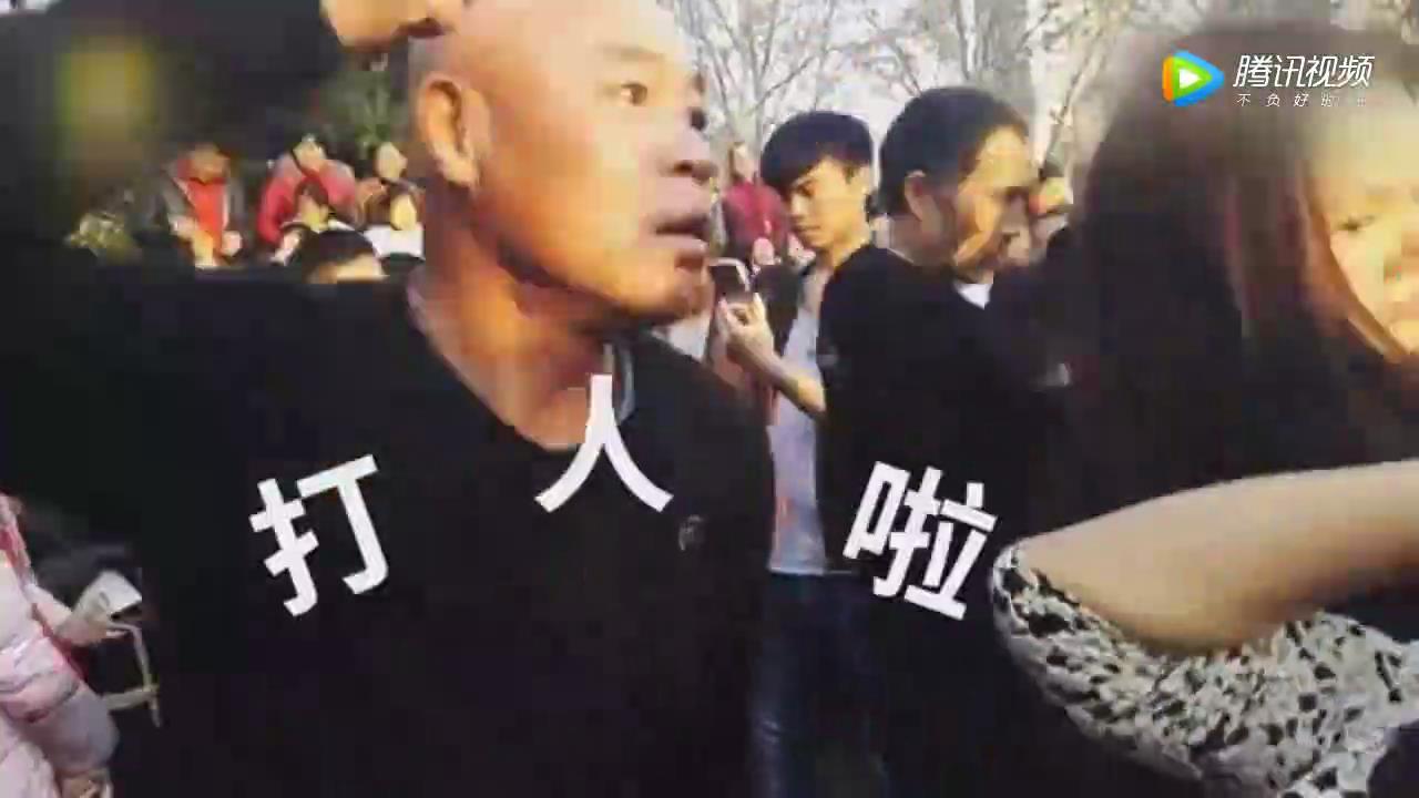 """[视频]最强尬舞!郑州大叔大妈开创""""打架舞"""""""