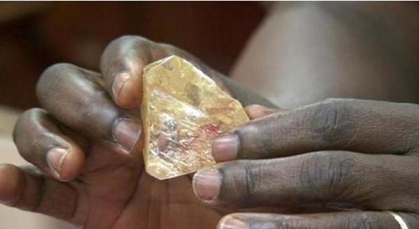 [视频]塞拉利昂男子挖到709克拉钻石 捐给国家