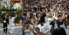"""[视频]泰国""""新娘赛跑""""活动 250名新娘提裙狂奔成街头一景"""