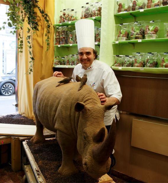 [视频]法国打造180公斤巧克力犀牛雕像 纪念遇害犀牛