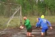 [视频]俄罗斯:沼泽足球锦标赛 趣味十足