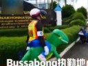 [视频]泰国:教育小朋友 交警扮恐龙指挥交通