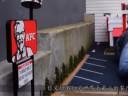 [视频]世界上最小的肯德基餐厅 顾客只能趴着取餐