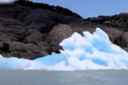 """[视频]冰山""""翻身""""见过吗?雪白冰川下竟是梦幻蓝冰"""