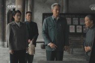 刘少奇满头白发回归故里 看望开蒙恩师